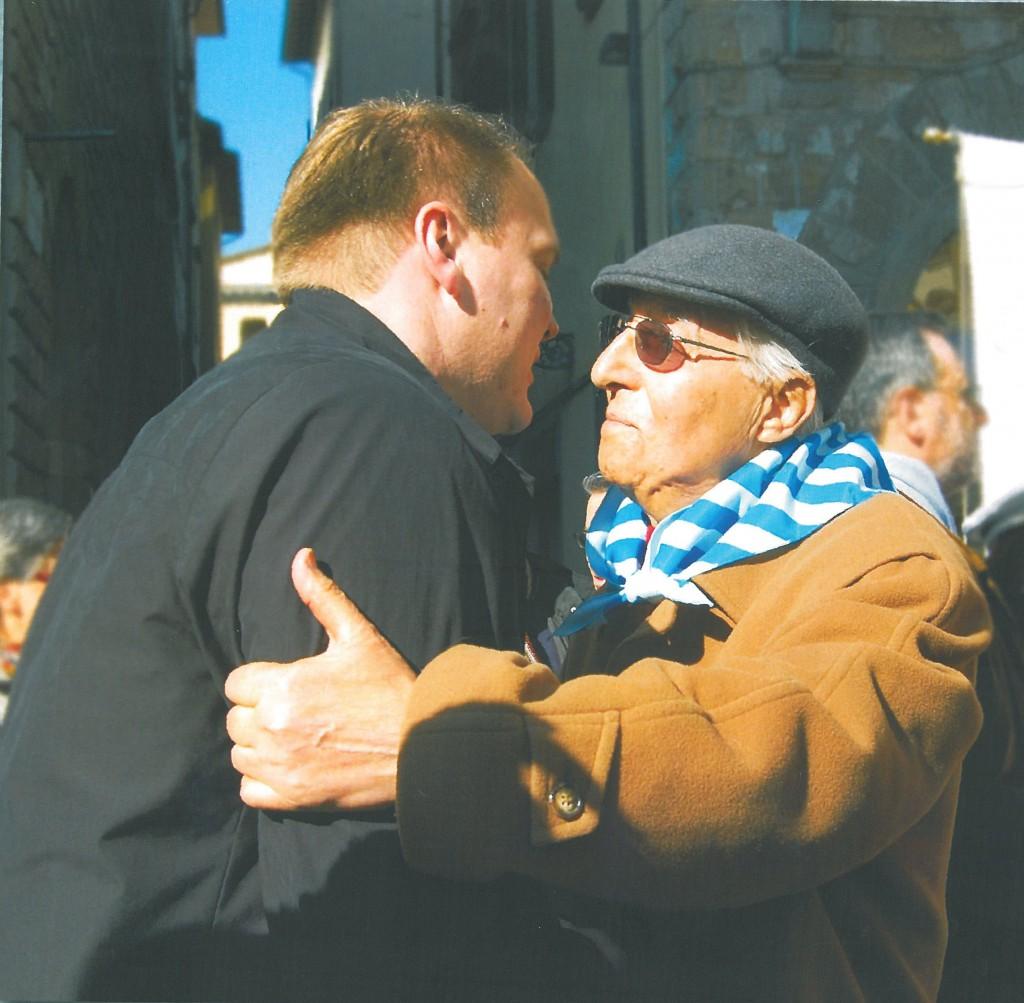 L'abbraccio storico tra il Sindaco di Mauthausen, Thomas Punkenhofer e l'ex deportato, Mario Piccioli
